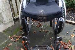 Matschiger Rollstuhl von vorn