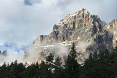 Blick vom Balkon auf einen Berg