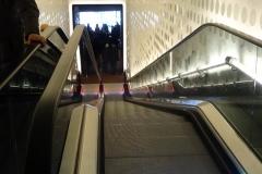 Blick die Rolltreppe herunter zum Restaurant