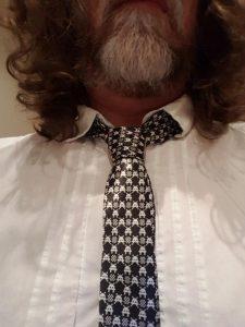 Krawatte mit Space-Invaders-Motiv