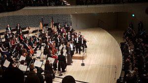 Orchester mit den beiden Solisten