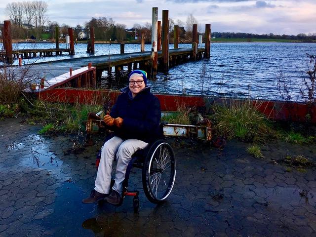 Kerstin Hagemann im Rollstuhl am Wasser