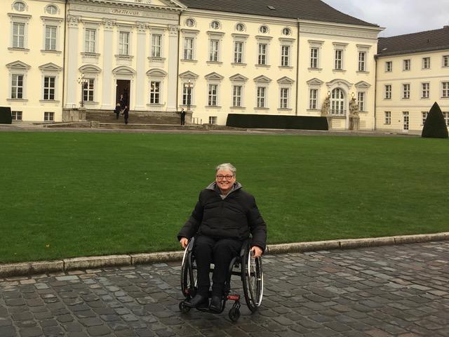Kerstin Hagemann im Rollstuhl vorm Schloss Bellevue