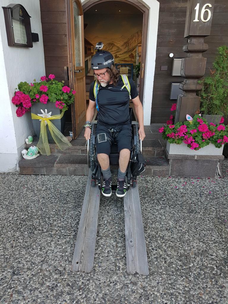 Rollstuhlrampe aus Bretter gebastelt