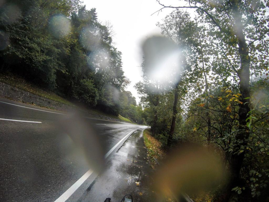 Schmaler Radweg an der Bundesstraße