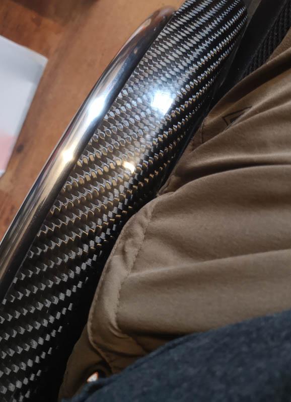 Linke Seite des Rollstuhls mit Carbonkleiderschutz