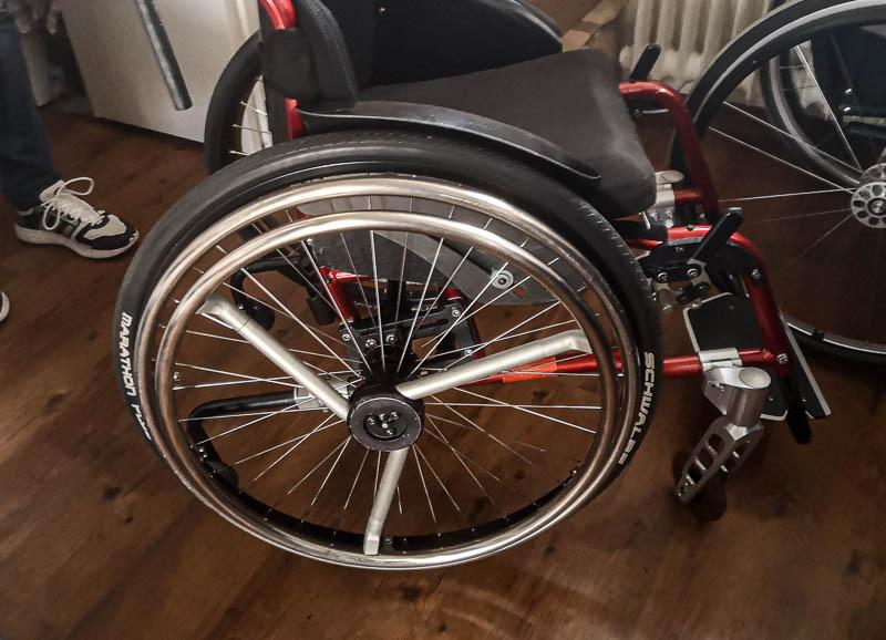 Rollstuhl mit Einhandbedienung rechts