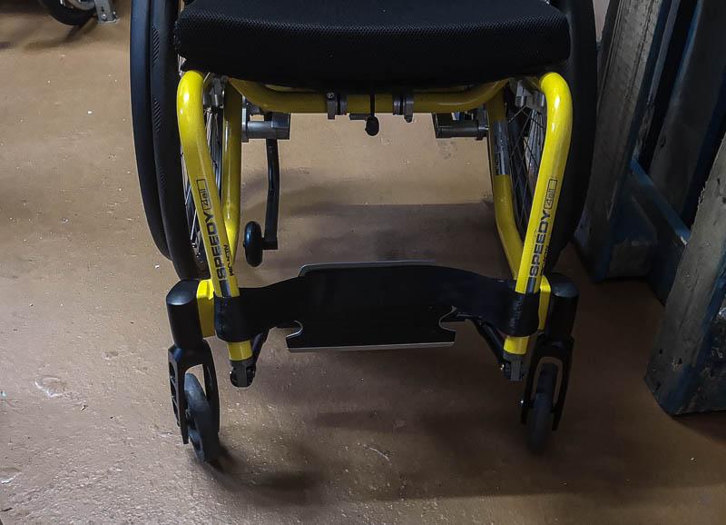 Ein Rollstuhl mit nach hintem weggeklapptem Fussbrett