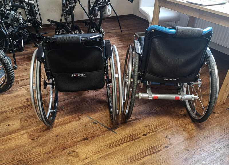 Zwei Rollstühle von hinten